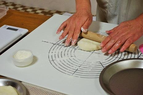 ピザの成形に麺棒を使います