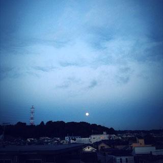 西の空にお月さま