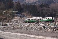女川駅8津波により女川駅から丘の麓まで200m流された列車20110330