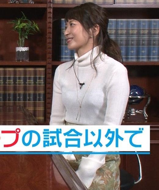 笹崎里菜アナ 薄い白のニットはインナーが透ける