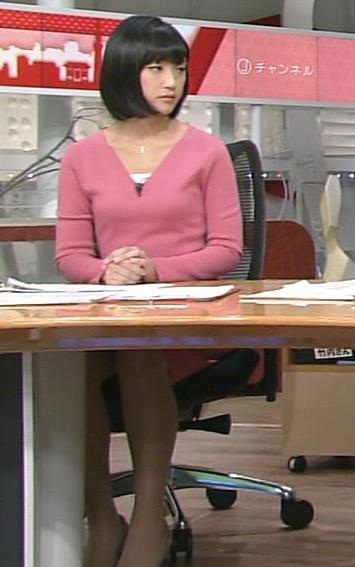 竹内由恵アナ 机の下のミニスカ太ももチラリ