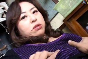 50代豊満熟女母の乳房を撫でまわしておまんこ犯す無料jyukujyo動画