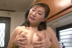 40代豊満人妻母の体をキッチンで抱き付いて頂く無料jyukujyoムービー