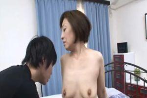 40代熟女叔母の肩を揉んでる内にムラムラしちゃってオメコする無料セックス動画
