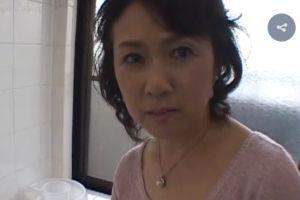 (モザ無)50代人妻はムスコの硬くなったちんぽを嬉々としてしゃぶる無料裏ビデオ映像