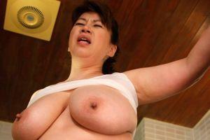 50代美巨乳エプロン女の乳モミオメコする無料人妻おまんちょムービー