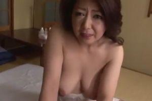 50代人妻母は嫌がりながらもムスコに美巨乳を揉まれて尺八する無料人妻ヒトヅマ生フェラチオムービー