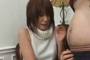 恥ずかしがる奥様にフェラチオお願いするとかなり上手な尺八してくれる無料熟女人妻生フェラ動画