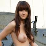 戦車の前で全裸露出してるロシアの巨美乳美女のヌード画像