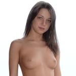 18歳ロシア美少女をバルコニーで野外撮影したヌード画像