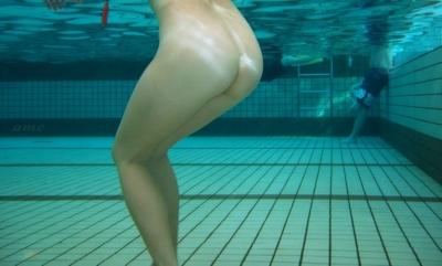 プール全裸 水中ヌード画像 7