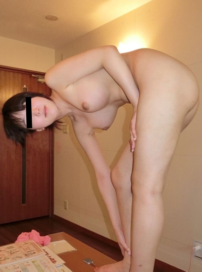 美乳&パイパンな素人美女のヌード画像 2