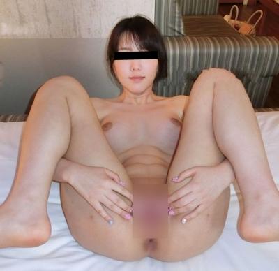 美乳&パイパンな素人美女のヌード画像 9