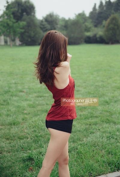 ジョギング中に服を脱いでる美乳美女の野外露出ヌード画像 1
