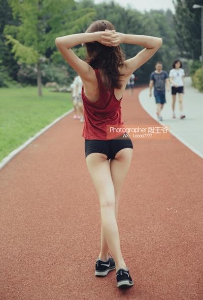 ジョギング中に服を脱いでる美乳美女の野外露出ヌード画像 3