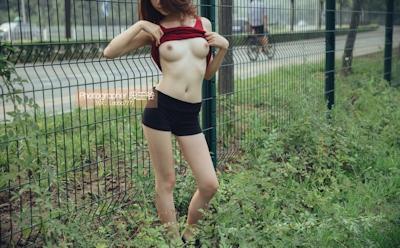 ジョギング中に服を脱いでる美乳美女の野外露出ヌード画像 13