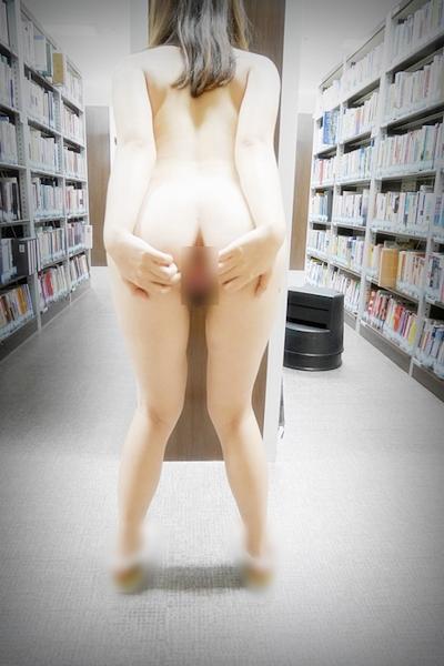 微乳な韓国女性が本屋で全裸露出しちゃってるヌード画像 12