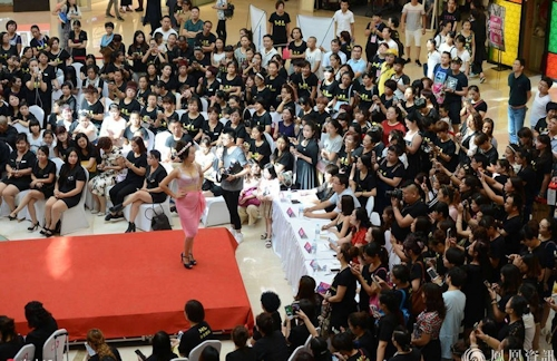 中国・済南で胸モデルコンテスト開催 1