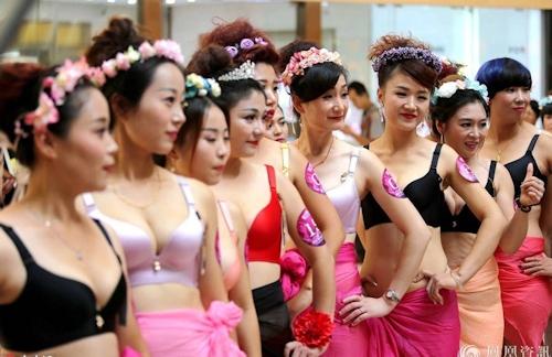 中国・済南で胸モデルコンテスト開催 2
