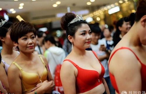 中国・済南で胸モデルコンテスト開催 3