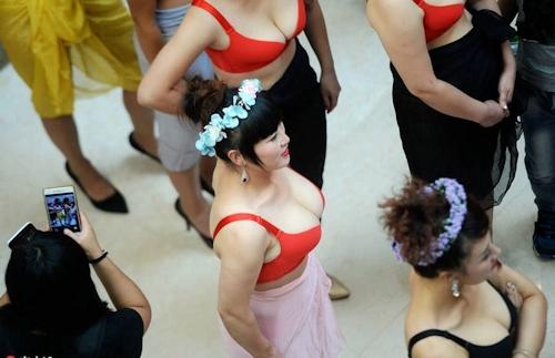 中国・済南で胸モデルコンテスト開催 4