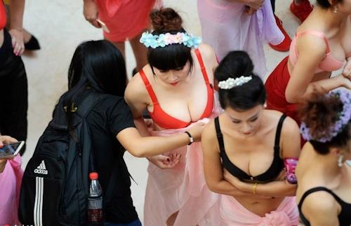 中国・済南で胸モデルコンテスト開催 5