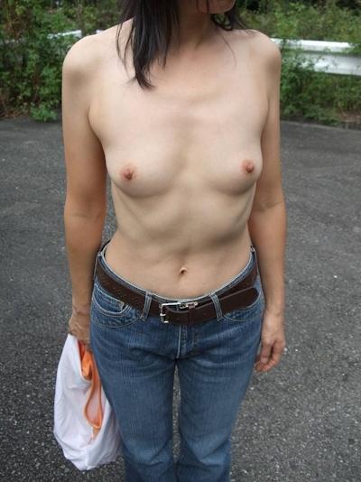 スレンダー微乳素人女性に野外露出&放○ヌード画像 1