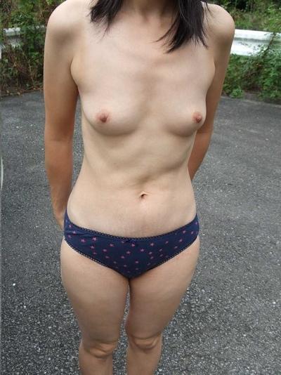 スレンダー微乳素人女性に野外露出&放○ヌード画像 2