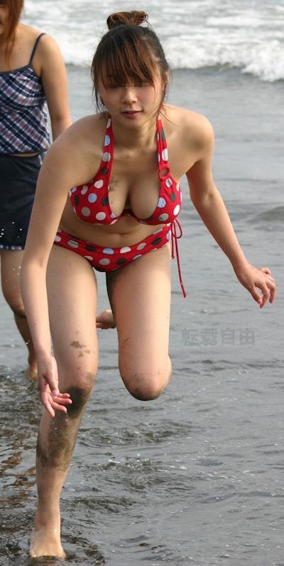 ビーチにいた巨乳な素人のビキニ画像 19