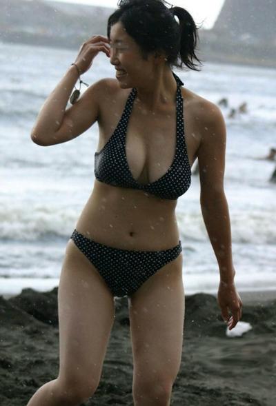 ビーチにいた巨乳な素人のビキニ画像 24
