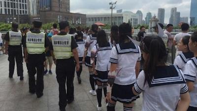 G20開催前でピリピリムードの上海でJKコスプレ少女100人がPR