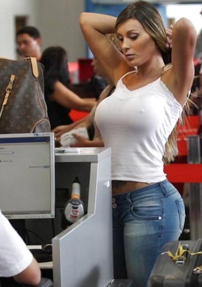 服の上から爆乳がわかる世界の巨乳美女着衣画像 4
