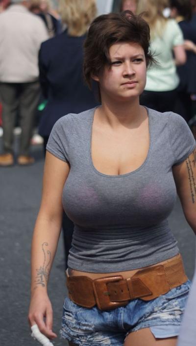 服の上から爆乳がわかる世界の巨乳美女着衣画像 7