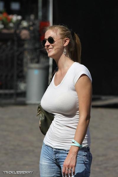 服の上から爆乳がわかる世界の巨乳美女着衣画像 12
