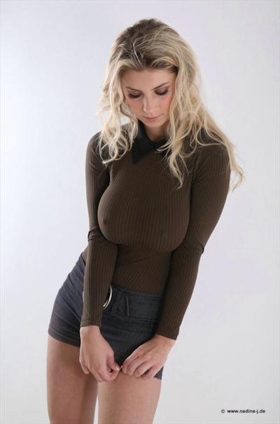 服の上から爆乳がわかる世界の巨乳美女着衣画像 16