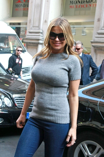 服の上から爆乳がわかる世界の巨乳美女着衣画像 18