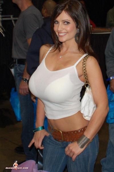 服の上から爆乳がわかる世界の巨乳美女着衣画像 21