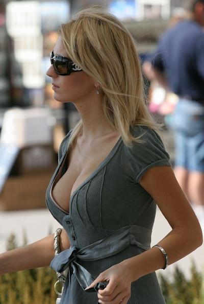 服の上から爆乳がわかる世界の巨乳美女着衣画像 26