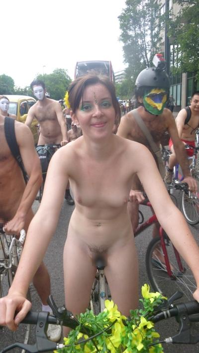 全裸で自転車に乗るイベント「Naked Bike Ride(ネイキッド・バイク・ライド)」に全裸で参加してる美女のヌード画像 3