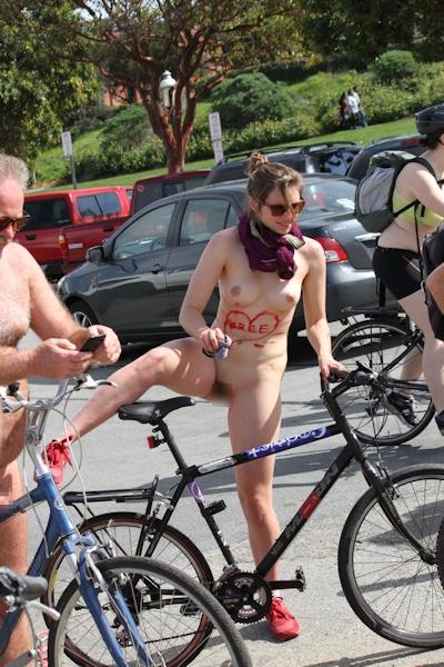 全裸で自転車に乗るイベント「Naked Bike Ride(ネイキッド・バイク・ライド)」に全裸で参加してる美女のヌード画像 4