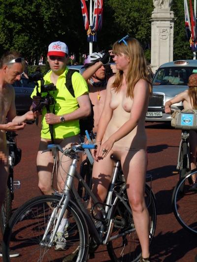 全裸で自転車に乗るイベント「Naked Bike Ride(ネイキッド・バイク・ライド)」に全裸で参加してる美女のヌード画像 6