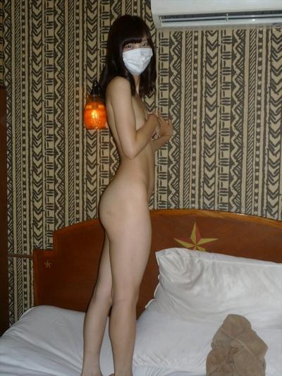スレンダー微乳な素人美女のヌード画像 4