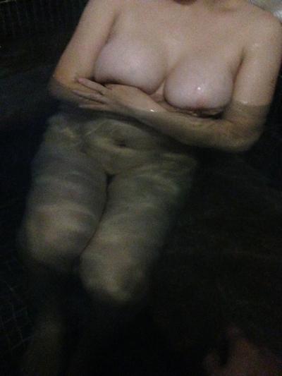 結婚半年の人妻を温泉で撮影したヌード画像 3
