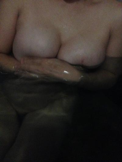 結婚半年の人妻を温泉で撮影したヌード画像 6
