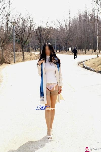 美乳な韓国女性の野外露出ヌード画像 6