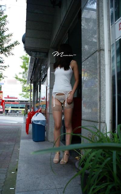 美乳な韓国女性の野外露出ヌード画像 10