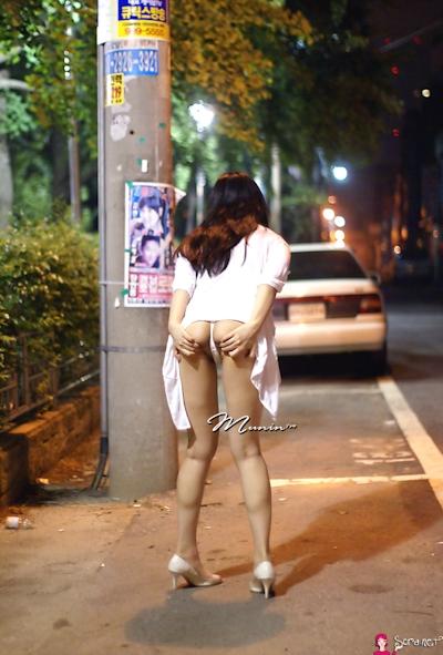 美乳な韓国女性の野外露出ヌード画像 15