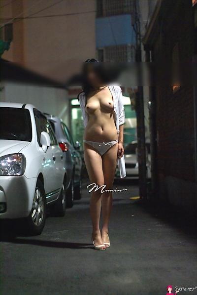 美乳な韓国女性の野外露出ヌード画像 17