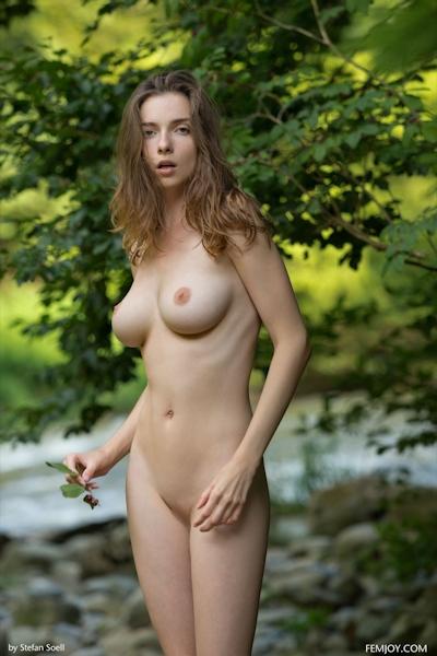 Mariposa Nude 12