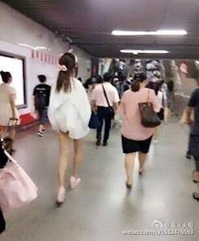 上海地下鉄 ノーパン尻出し女の子 2